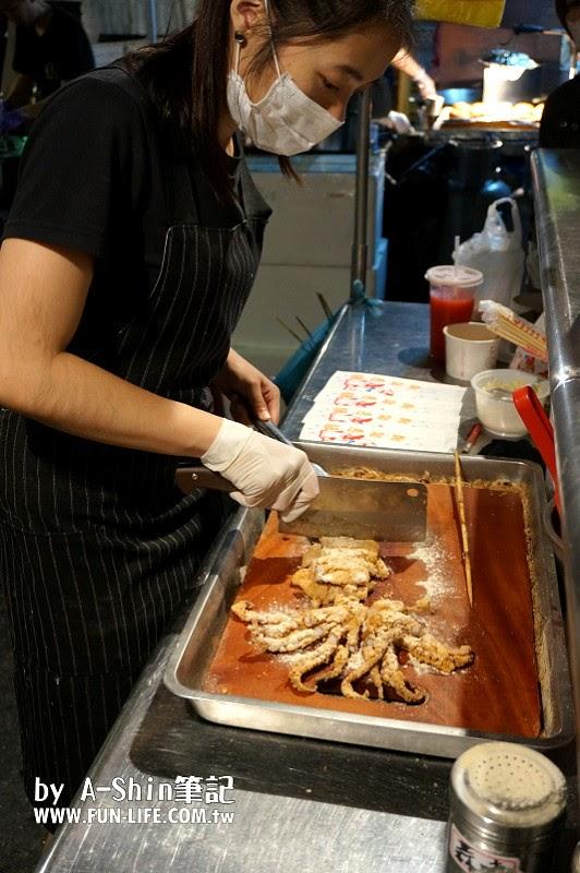 旱溪轟炸魷魚|來到旱溪夜市吃什麼?旱溪轟炸魷魚推薦給你,阿新媽指定愛吃旱溪夜市美食之一。