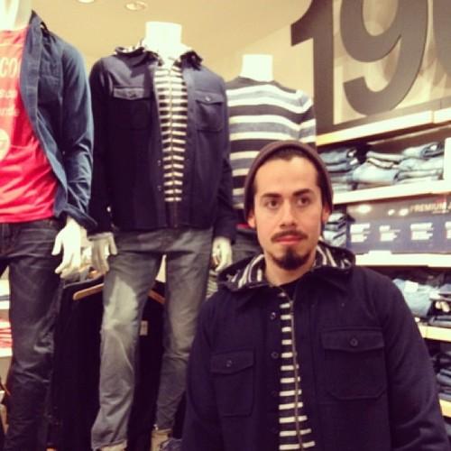 #撞衫也是一種樂趣:溫哥華男子就是愛到店跟假人模特兒撞衫 13