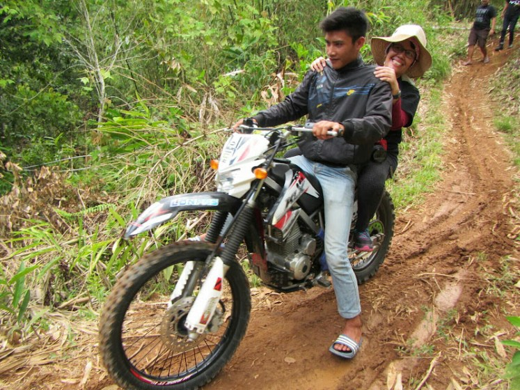 Naik motor trail pulang dari Gemburak - Foto Halim Santoso