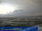 Gewitterwarnung für Wien  Im Süden Wiens bei Mödling hat sich eine Gewitterzelle gebildet, diese könnte auch für Wien, zumindest die Westhälfte interessant werden. Die Temperatur ist in Favoriten von 31.8°C inzwischen um 3 Grad gefallen.