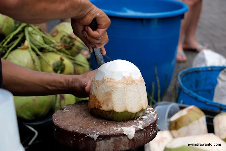 cara mencongkel buah kelapa - Cara jualan kelapa muda di Melaka Malaysia