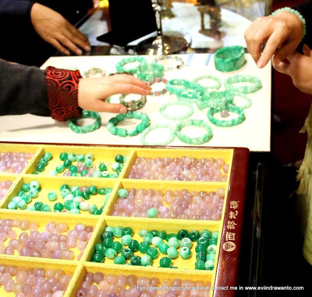 Batu-batu giok yang siap di rangkai untuk gelang maupun kalung