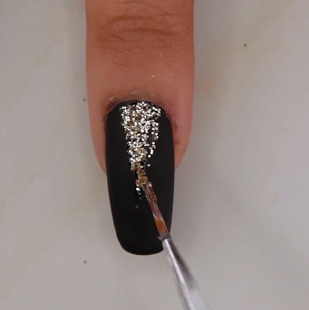 ATTRACTIVE SOPHISTICATED BLACK AND GOLD NAILS-NAIL STYLES 5