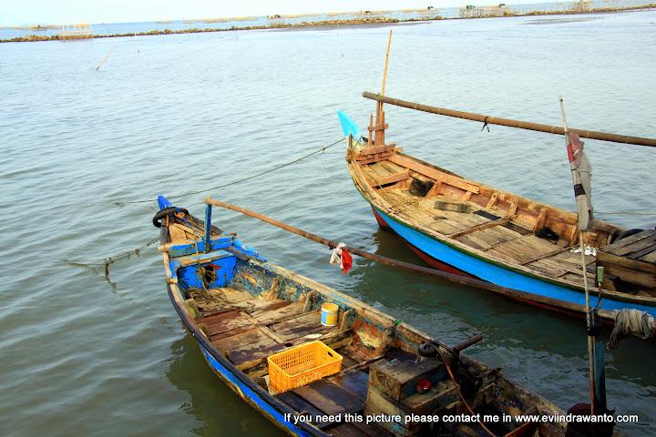 Tersedia perahu jika wisatawan hendak berkeliling