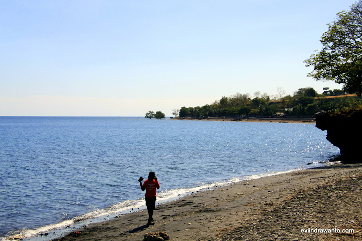 Mampir sejenak di Pantai Tololai untuk foto-fotoan