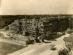 Baugrundstück an der Frankfurter Straße, abgebildet ist die Baustelle des Gebäudes der AOK Leipzig, Blickrichtung SW, im Vordergrund die Frankfurter Straße, Brücke über die Alte Elster, 06.06.1924, Fotograf: Eduard Krömer (Atelier)