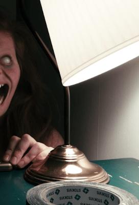 Uma mulher é assombrado por uma criatura que só aparece quando as luzes se apagam. A adaptação para o cinema produzido por James Wan (Invocação do Mal, Jogos Mortais), do curta-metragem de 2013, Lights Out, de David Sandberg.