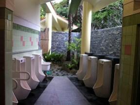 歴史センターの敷地内にあるトイレ。屋外吹抜け構造が珍しい