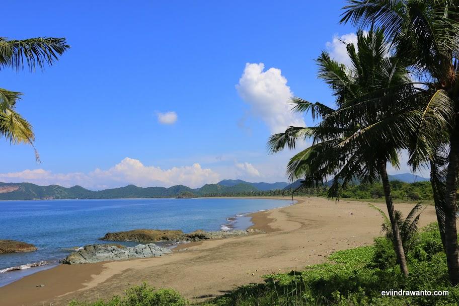 Sisi kanan Pantai Poto Batu