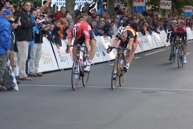 Jens Debusschere wint de sprint voor de 4e plaats voor Preben Van Hecke