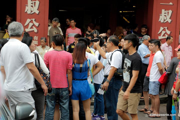 Menonton aksi pedagang kelapa muda