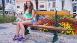 Viktoiria auf einer Bank sitzend in Les Sables-d'Olonne / Виктория на скамейке в Ле-Сабль-Д'Олон