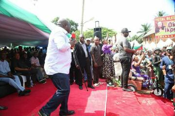 Gov. Ikpeazu Shows His Dancing Skill In Aba North(Photos)