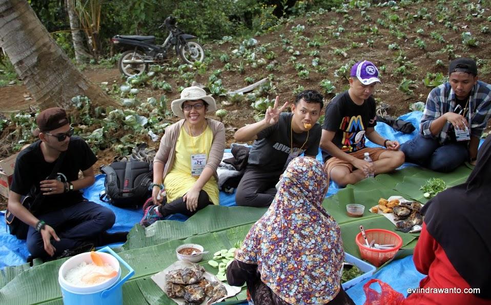 Makan bancakan di kebun Lereng Gunung Tanggamus