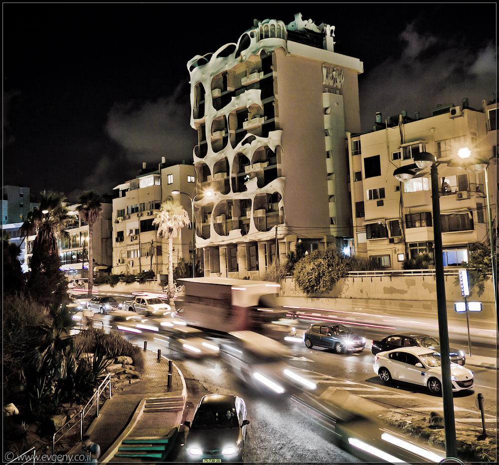 Тель Авив, Сумасшедший дом номер 181 или сколько будет 1+1?