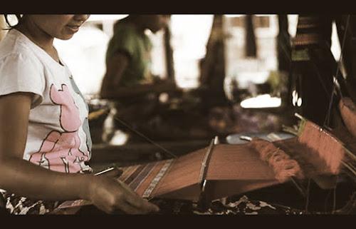 penenunan kain di Sukarara