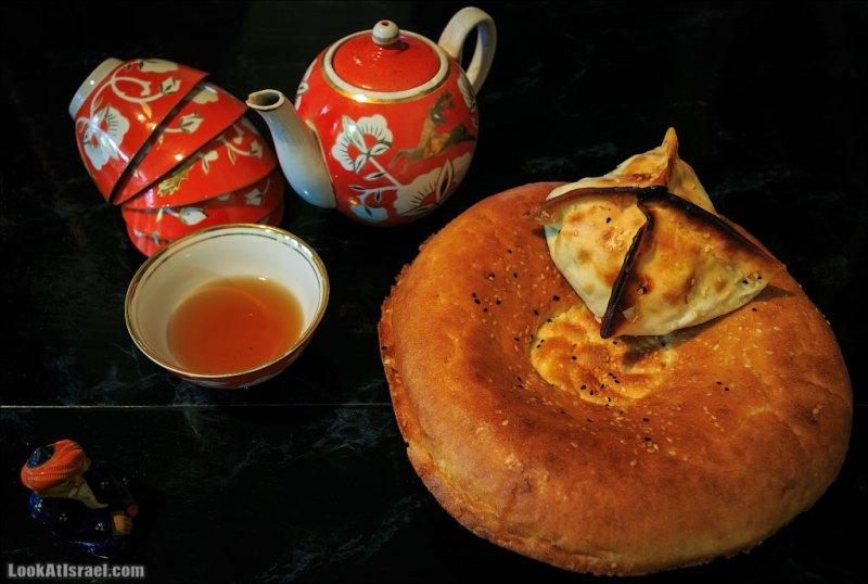 Лепешки, самса, чебуреки и чай в пиалах