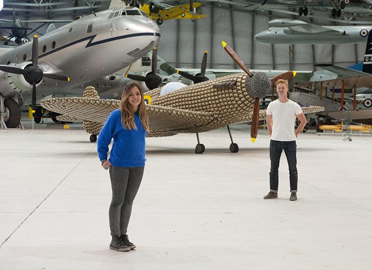 *藝術家jack munro和charlotte austen:用6500個雞蛋盒做的噴射飛機! 11