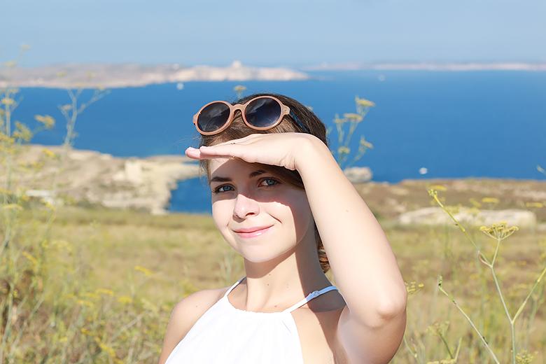 The Blue Dress Girl devant le paysage maltais.