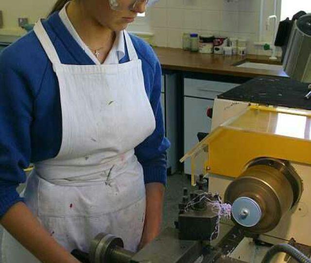 Diatas Menunjukkan Bahwa Tekhnik Mesin Khususnya Operator Mesin Bubut Tidak Meluluwanita Juga Bisa Tapi Diantara Wanita Itu Ada