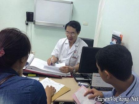 Bác sĩ Nguyễn Khắc Lợi tư vấn cho bệnh nhân. Ảnh: Lê Nga.