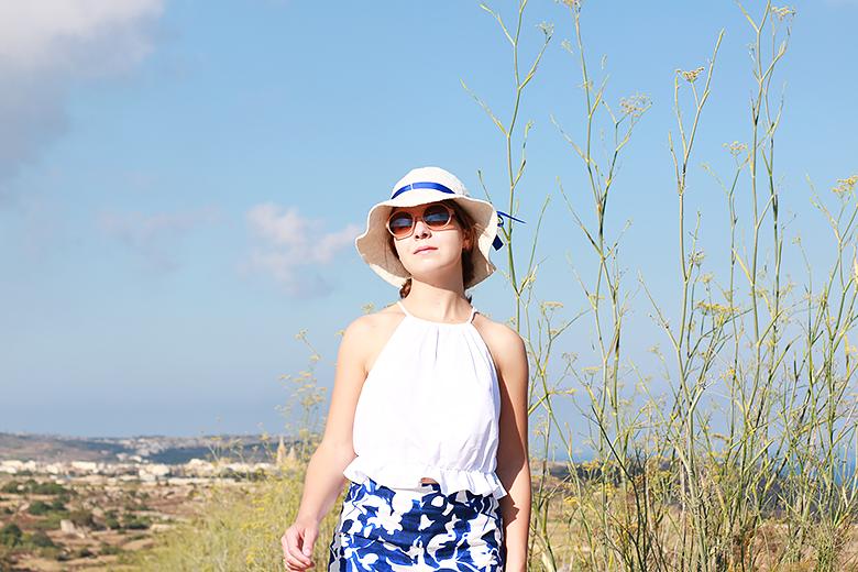 que porter avec des sandales compensées, tenue bleue et blanche, look short imprimé, haut encolure américaine, haut à volant