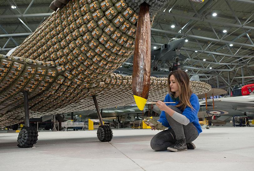 *藝術家jack munro和charlotte austen:用6500個雞蛋盒做的噴射飛機! 10
