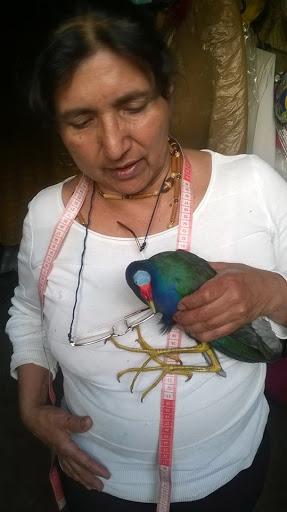 Doña Isabel, del barrio Las Cruces, entregando la tingua