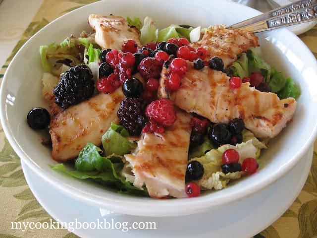Зелена салата с пилешко и червени плодове