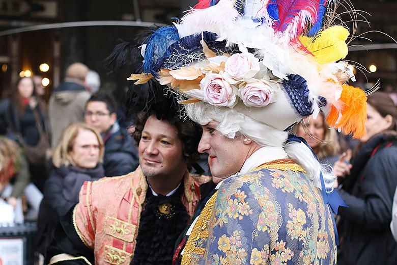 Costumes colorés du Carnaval d'Hiver de Venise.