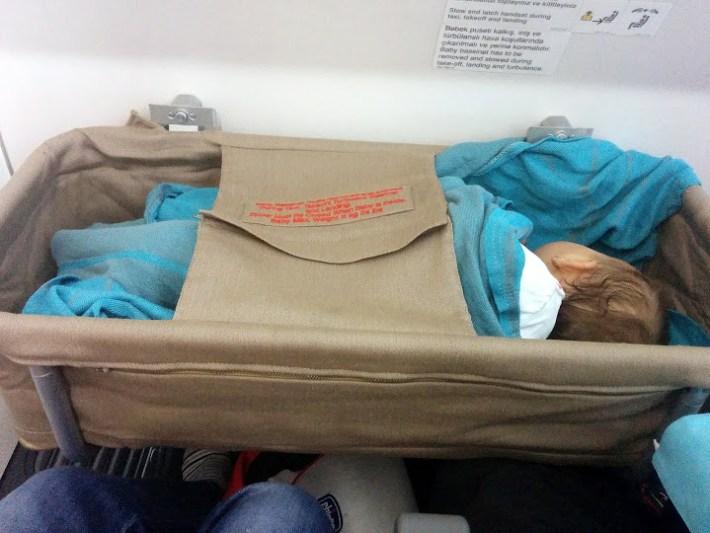 Cuna de bebe en un avión