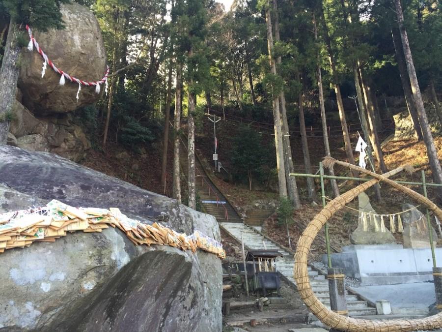 石巻市北上町 釣石神社 『落ちそうで落ちない巨石』で話題に。【合格祈願】 まちナビ宮城県北