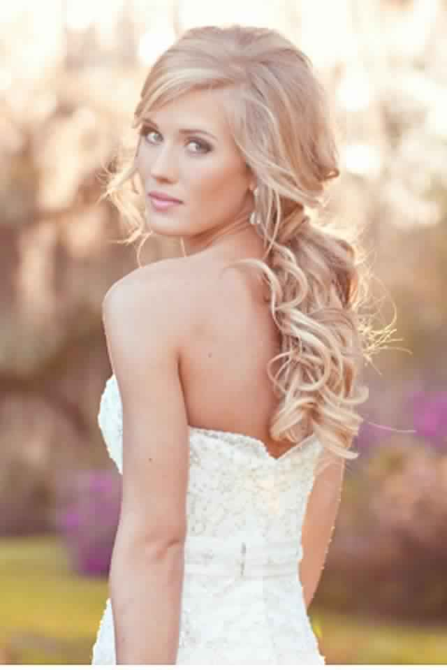 Lovely Ponytail Hairstyle for Curly Hair