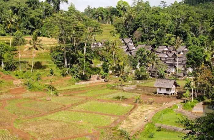 Approaching Kampung Naga