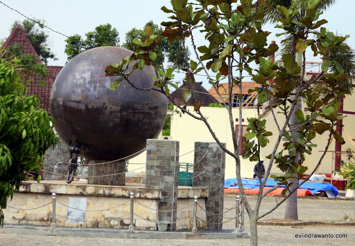 Bola besi yang pernah digunakan untuk merubuhkan pepohonan dalam membuka hutan