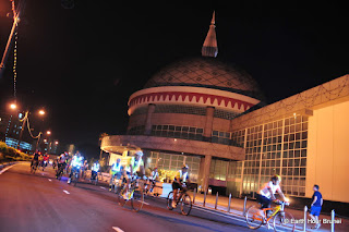 BRUNEI_BSB_Bicyclers pass by the Royal Regalia building as they complete the circuit to promote a limited carbon footprint lifestyle 04_NIZAMRAHMAN