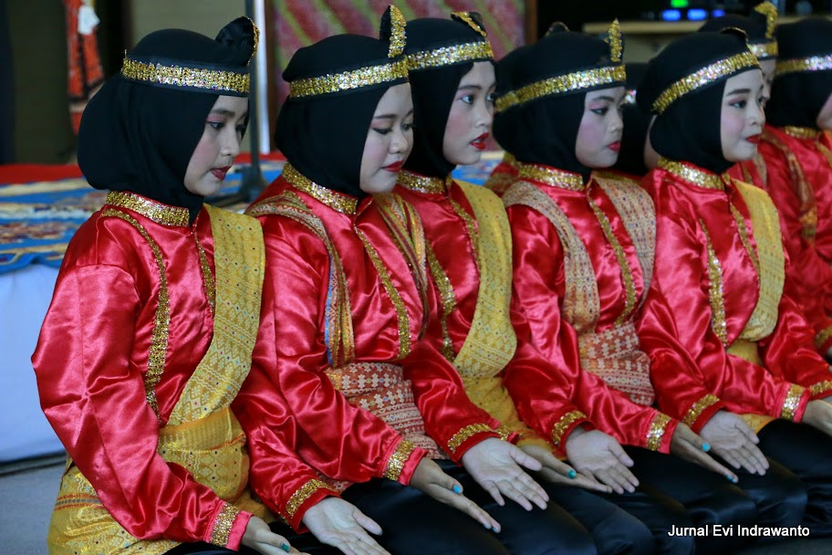 Tari Saman suku Gayo-Aceh saat pembukaan Smesco Art Fest dan Netizen Vaganza 2015