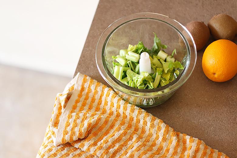 Les ingrédients pour préparer un green smoothie avant de prendre l'avion.