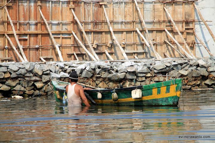 Menepikan Perahu