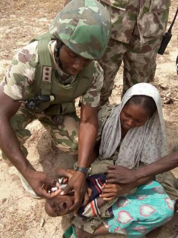 Nigerian soldiers immunizing children in Borno