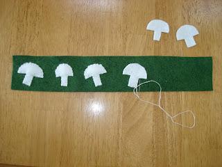 sew+on+mushrooms+to+side - Quiche de espinafre  e  cogumelos de feltro