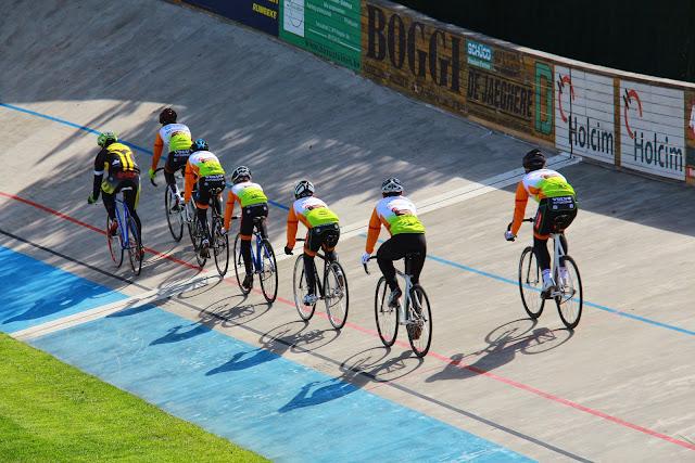 jonge renners in het spoor van de trainer