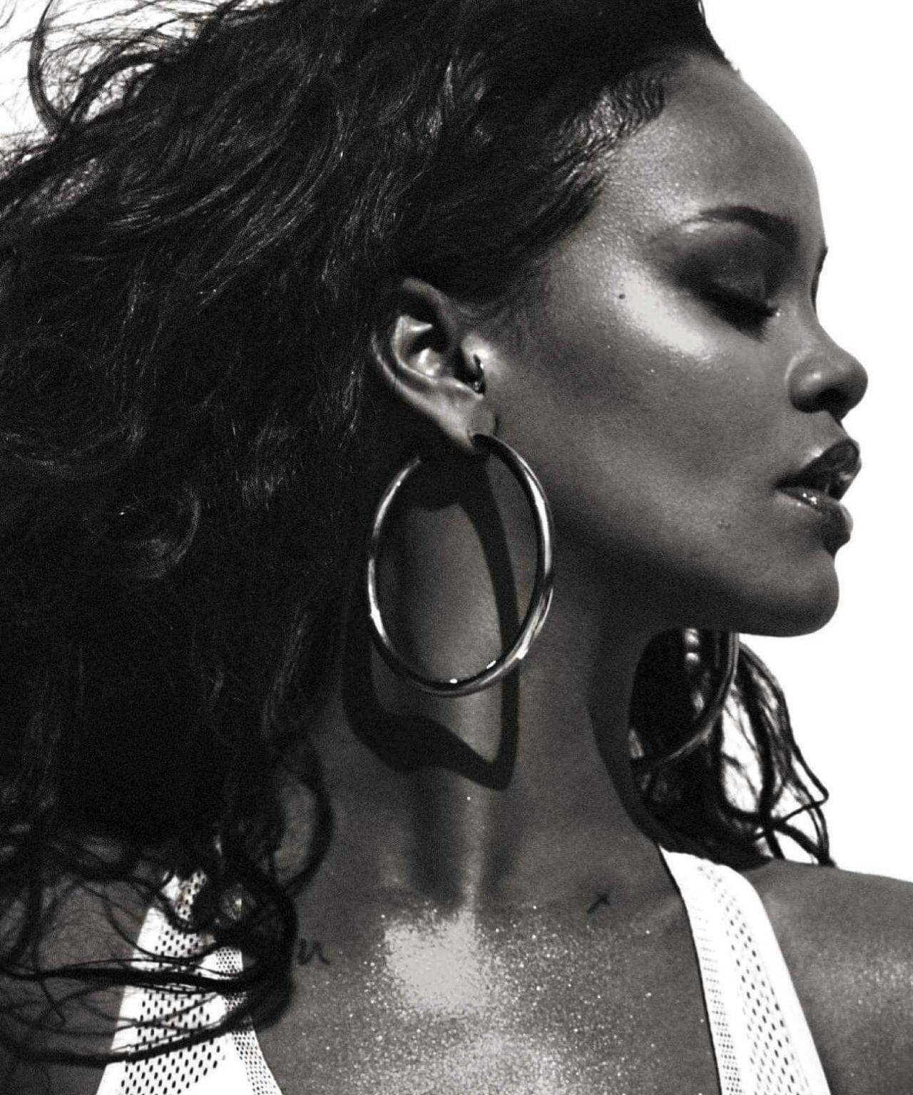 Rihanna under fierce criticism After Dancing to Islamic remix hadith Song