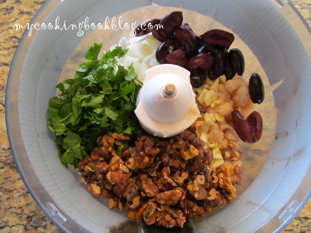 Постна разядка (дип) с бял боб, орехи и маслини