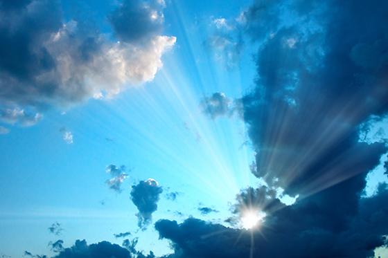 céu com raios solares