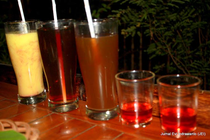 Minuman : Jus alpukat, teh hangat, beer pletok, dan teh rosella