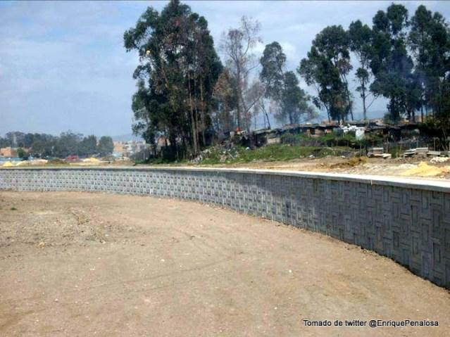 Obras y muros en la piscina del humedal Tibabuyes o Juan Amarillo