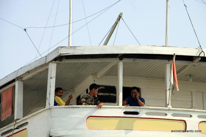 bercengkerama di deck kapal