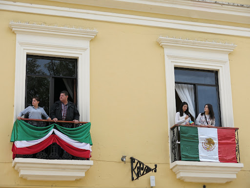 Mexico Independence Day is coming up (Sept 16) so all the cars and restaurants are decorated with Mexican flags.