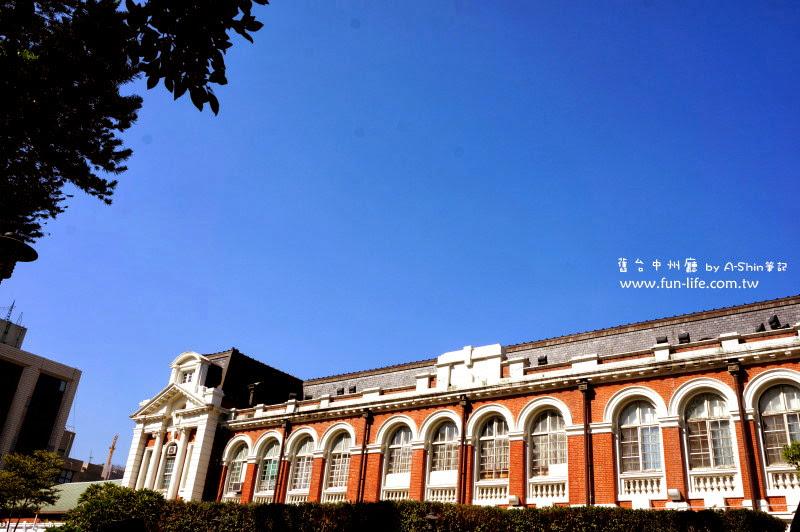 台中州廳建築風格搭配藍天根本是拍不停